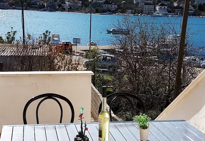 Holiday house Neve - 30 m from sea: Vinisce, Riviera Trogir