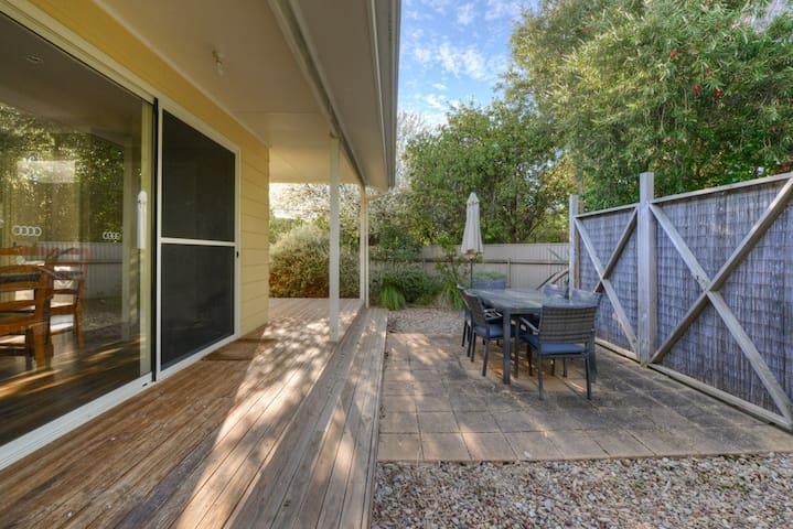 Saltaire Yellow Cottage - Coastal Retreat - Port Willunga - Talo