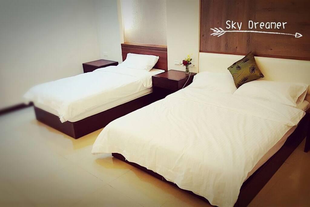 三人房有二張床。 一張雙人床+ 一張單人床。