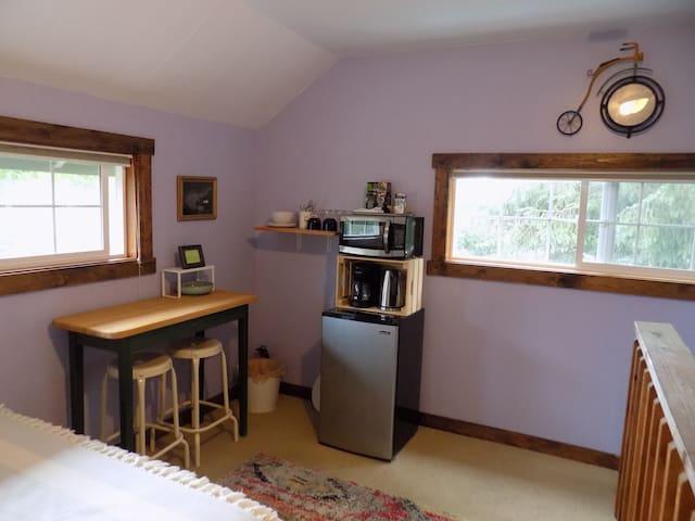 The Lilac Loft--Quiet w/Private Entrance and Bath