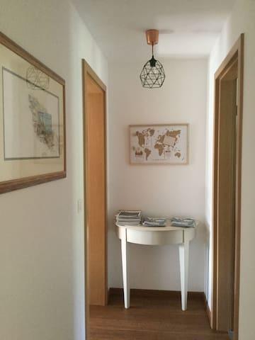 Hall d'entrée des chambres ou vous trouverez de la documentation  sur la région et divers magazines