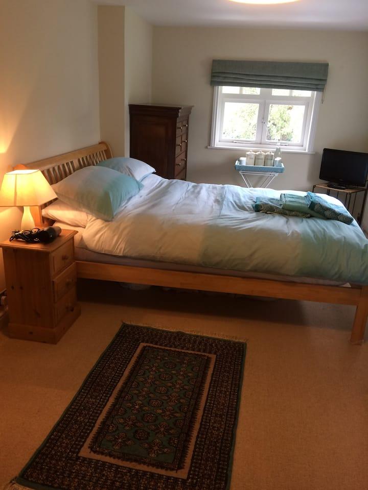 Near Goodwood, quiet, en suite double room.