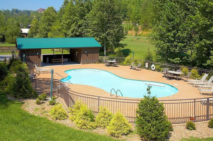 FIREPIT ★ POOL 6 mi to Pigeon Forge Hottub & GRILL