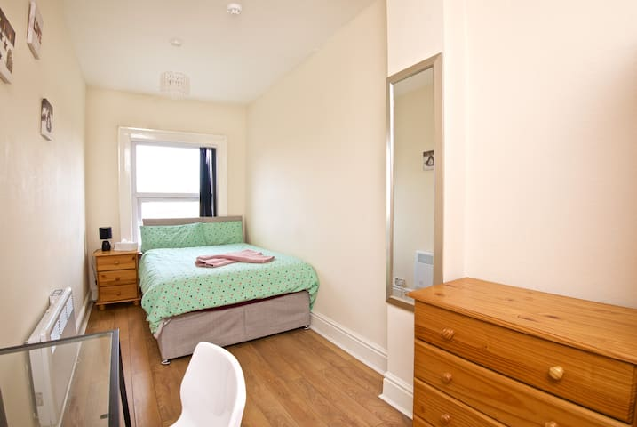 Double bed - 17 min by bus to Liverpool city (A4)