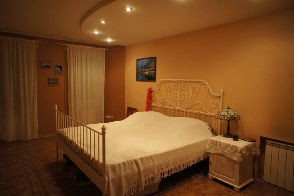огромная кровать кинг- сайз