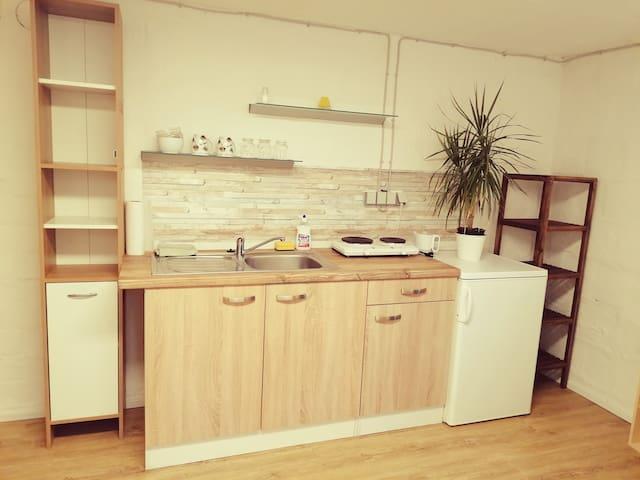 Gemütliches Zimmer mit Küchenzeile