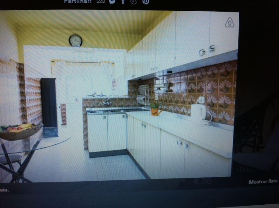 Cozinha completa com todos aparelhos elétricos necessários.