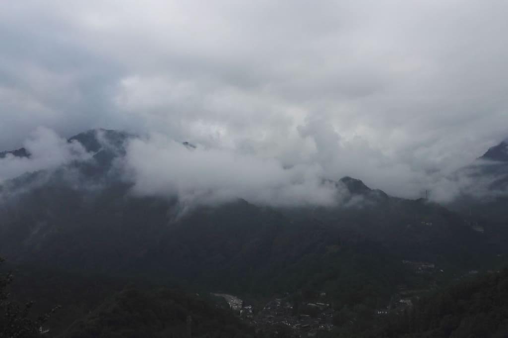 阔景大阳台上远观云雾群山