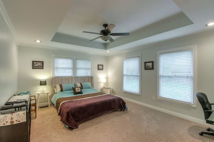 Private King Master Suite w/Bath, 2mls to Broadway