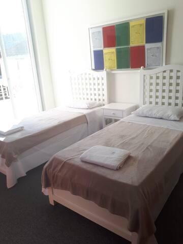 Quarto 6 (duas camas box de solteiro)