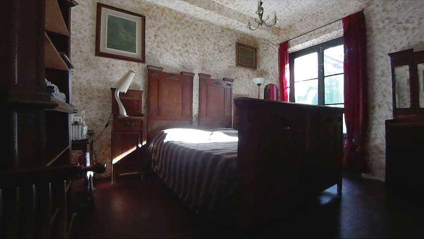 A central 1900 room on a secret garden