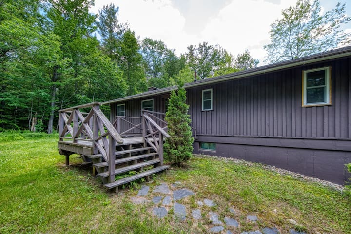 Cozy, secluded cabin with jetted tub and private sauna! Walk to ski lift!