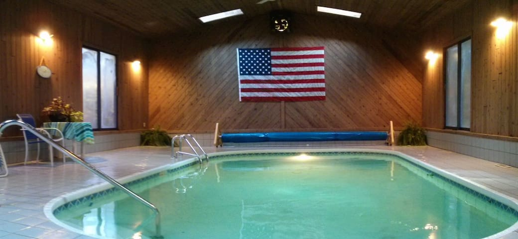 SPRING IS HERE! Enjoy vaca w/private indoor pool! - West Olive - Huis