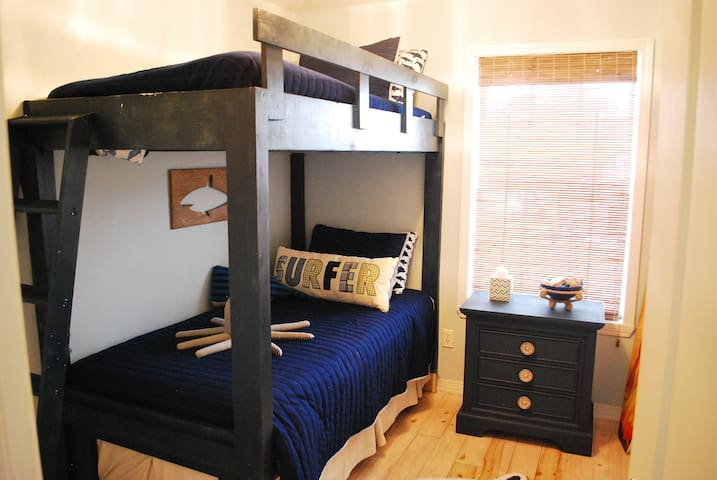 Bunk Bedroom/ 2 twin beds and a twin trundle