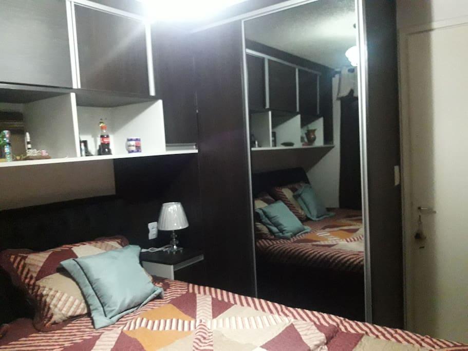 quarto guarda roupa com porta de correr e espelho