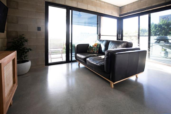 The Bird Shack - stylish, modern, one bedroom unit