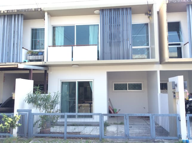 Townhouse suitable for traveler who rent car. - Banguecoque - Complexo de Casas