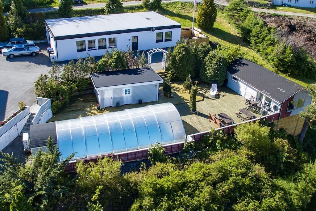 Leilighet nr 1 og 2 i kvite bygget, Sommerhytta til høgre, Spa / Sauna i det lille bygget og svømmebassenge i front