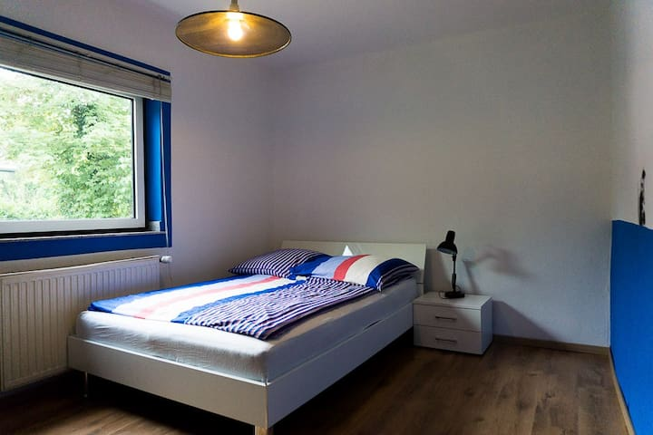 room next to Messe (fair) / airport / priv. bathro