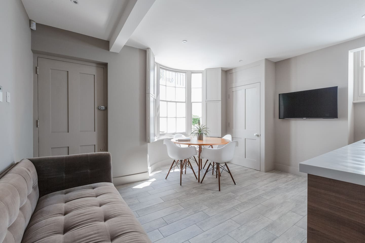 A beautiful Grade II listed apartment, newly decorated throughout with state of the art contemporary finishes. The open plan kitchen/dining/ living area at the front of the building has a beautiful bay window to the front which floods the space with an abundance of light and split shutters for privacy- an idyllic space to relax and unwind in.