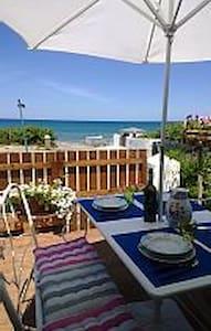 Sulla spiaggia veranda giardino splendidi tramonti - Eden Beach - Daire