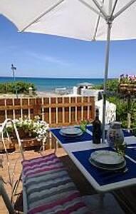 Sulla spiaggia veranda giardino splendidi tramonti - Eden Beach - Apartamento