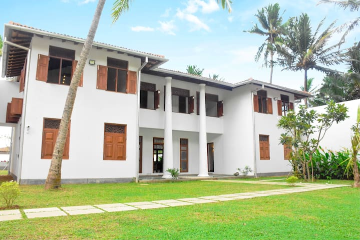 Luxury Beach Front Villa Olu, Galle