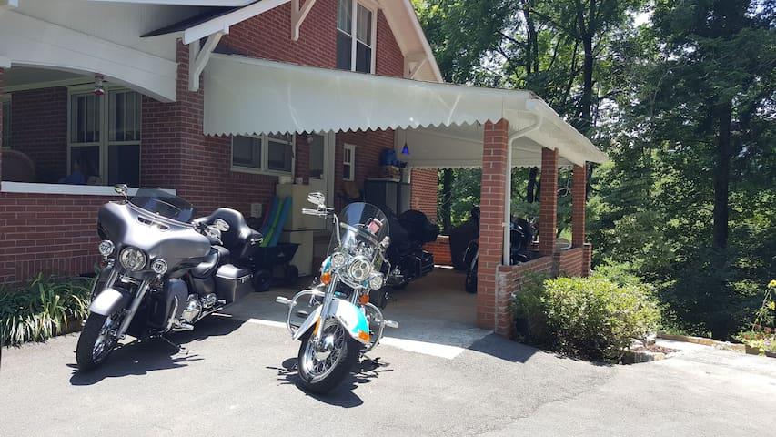 Boulevard Retreat Main House, Sleeps 7, Murphy NC