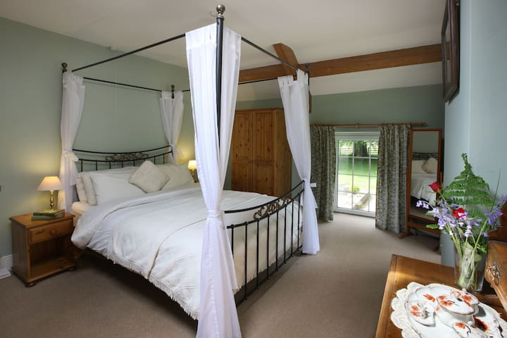Romantic Getaway | Log Fire | Four Poster Bed | Private Woodland Walks
