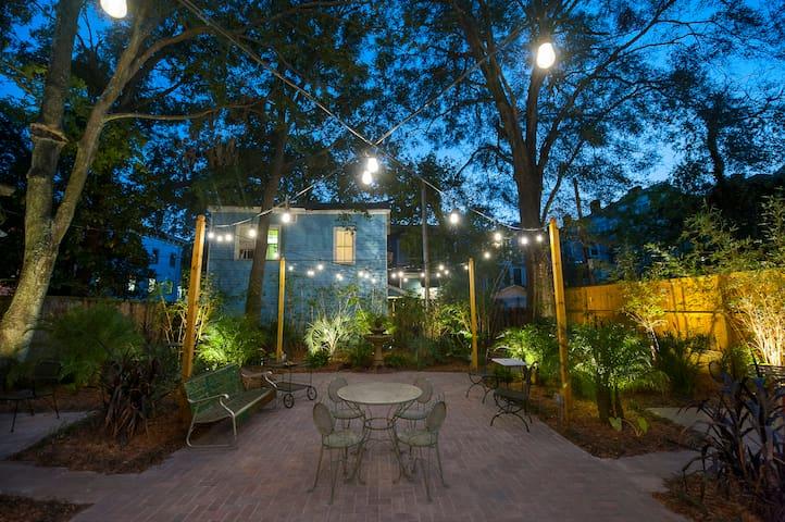 Garden Suite @ Forsyth Park w Enchanting Courtyard - Саванна - Квартира