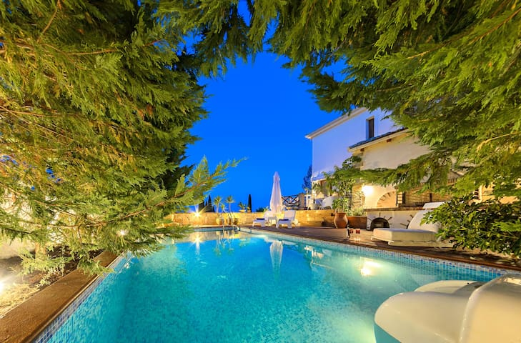 Ark Luxury Villa with Private Outdoor Pool - Mouzaki - Βίλα