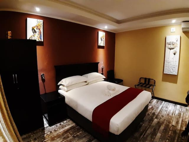 Citystay Ladybrand - Queen Room with Bath & Shower