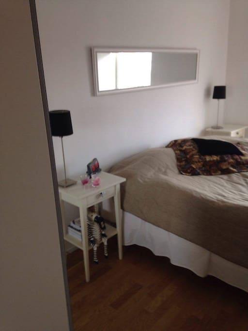 Sovrum med dubbelsäng (Spjälsäng finns)