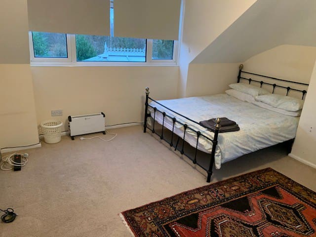 Large Double room with ensuite bathroom & balcony