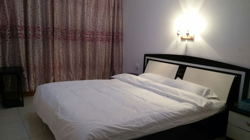 位于龙门大道边、交通方便、干净卫生的三居室,生活设施齐全! - Luoyang - Apartamento