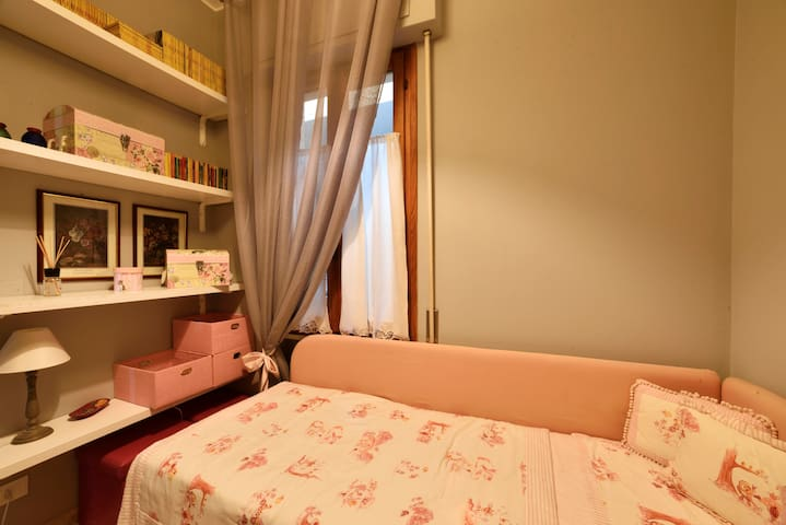 Camera singola con 2 letti. Single bedroom with 2 beds.