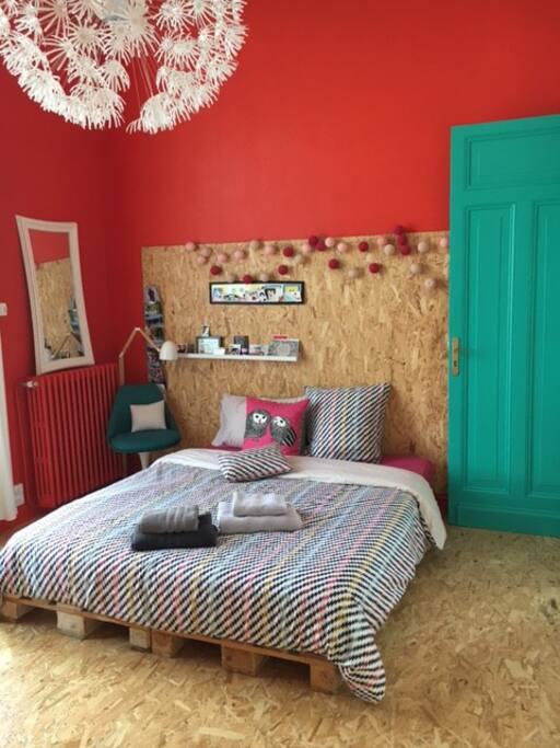 CHambre n°2 : 15m² avec un lit en 160, WC et point d'eau privés, balcon privé
