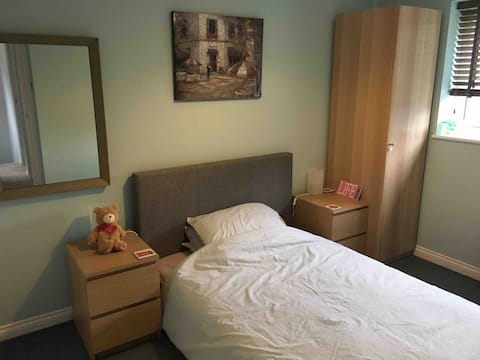 Double bed, private bathroom & 20 min tram to city