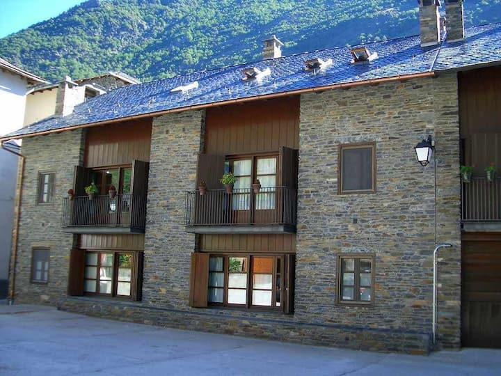 Apartamento con vistas al pueblo de Àreu y las montañas.