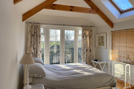 Bright, Large Room in Family Home with en suite