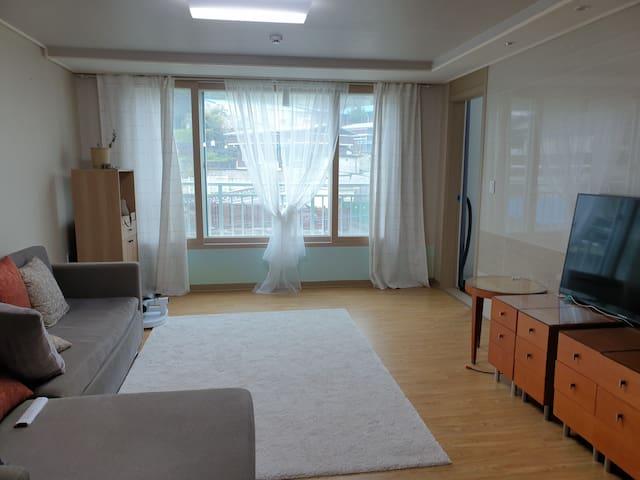 거실 전체 사진 적당한 공간이 확보되어 있으며 티비 시청하기가 좋다.  지니야 티비켜  하면 티비가 켜진다