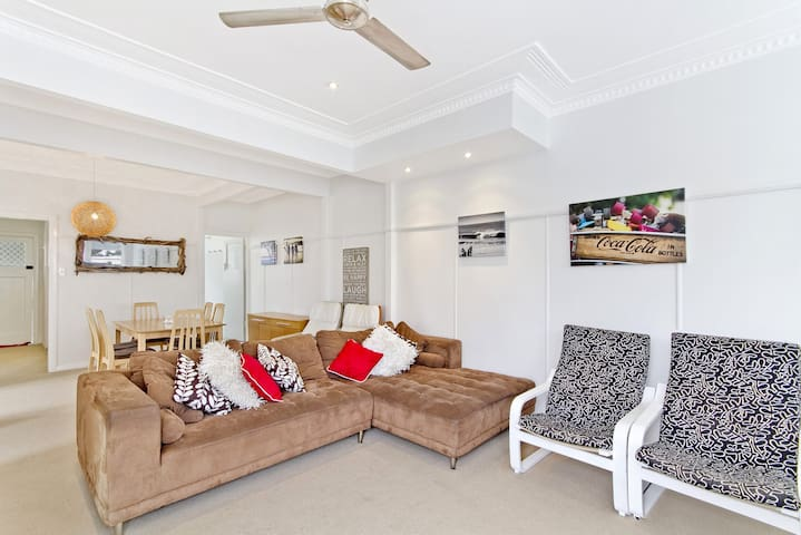 Haven Unit 5 - Beach style flat with modern decor in a great position
