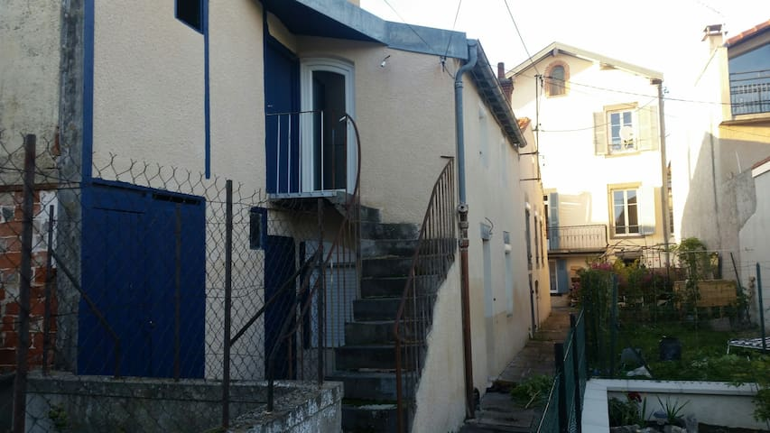 Pretty small house in two floors on garden - Riom - Casa