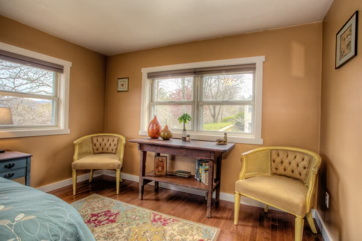 Country Cottage: Cozy, Clean, Private& Central LOC