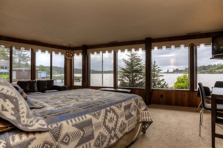 Wake up to water in the Master bedroom: queen bed