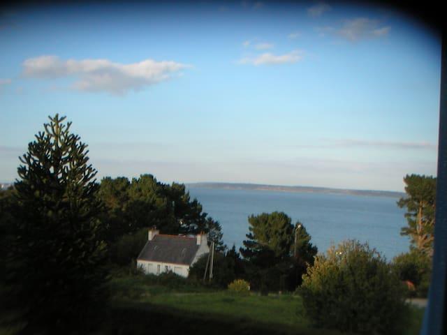 Tranquille maison volets bleus vue mer du salon - Roscanvel - House