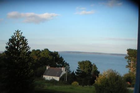 Tranquille maison volets bleus vue mer du salon - Roscanvel - Ev