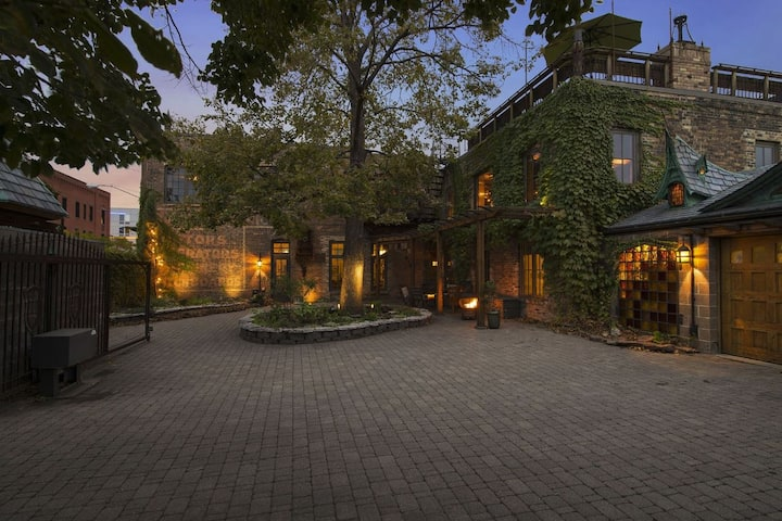 MINNESTAY* Downtown Rockstar Residence ★ 2-Minute Walk to Vikings Games ★ Corporate Stays ★ Private & Gated