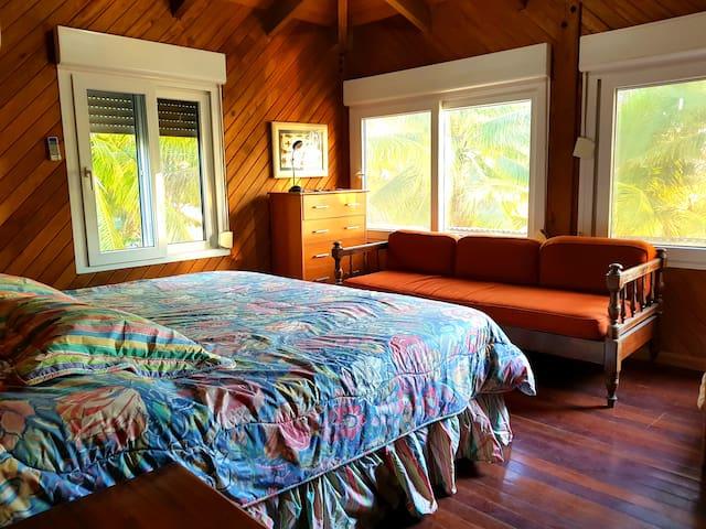 Habitacion 5, segundo nivel. Una cama king y sofa cama. Vista al mar.