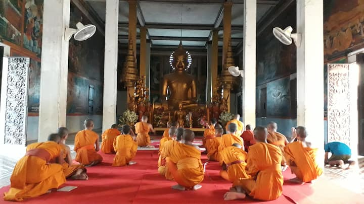 Monks chanting Dhama